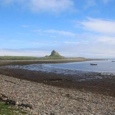 "Nature Everyday Day 10 : ""Blue skies looking at me nothing but blue skies do I see"" ..Actually just 5 minutes before this you couldn't see the castle for fog, there is always blue sky around the corner however unexpected ! #lindisfarne #northumberland #castle #thisismykingdom #bluesky #natureeveryday #sea"