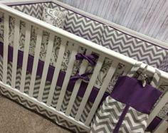 Housse oreiller/changement gratuit bébé literie lit literie lit Set Mini crèche, pare-chocs/feuille/réglable jupe gris Damas et Chevron violet