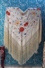Mantón de Manila antiguo en seda natural bordado a mano con fleco de seda natural anudado a mano