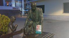TrotaLibros en el monumento al maestro en Móstoles. 23/04/2015 www.bibliotecaspublicas.es/mostoles
