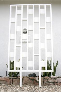 DIY Mid Century Inspired Exterior Screens – SUBURBAN POP Mid Century Ranch, Mid Century House, Mid Century Decor, Mid Century Design, Outdoor Living Rooms, Living Spaces, Mid Century Landscaping, Modern Front Yard, Mid Century Exterior