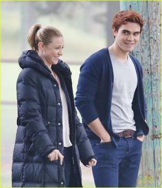 KJ Apa & Lili Reinhart Get Flirty On 'Riverdale' Set as Archie & Betty: Photo Lili Reinhart gets her flirt on with KJ Apa while filming new scenes for Riverdale on Monday (October in Vancouver, Canada. The two actors play Betty and Archie… Riverdale Archie And Betty, Betty Cooper Riverdale, The Cw, Archie Und Betty, Kj Apa Riverdale, Riverdale Aesthetic, Good Girl Quotes, Madchen Amick, Archie Andrews