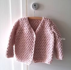 ideas for sewing patterns sweater baby cardigan Baby Cardigan, Cardigan Bebe, Gilet Crochet, Baby Pullover, Crochet Cardigan Pattern, Baby Vest, Crochet Jacket, Crochet Fall, Crochet Bebe