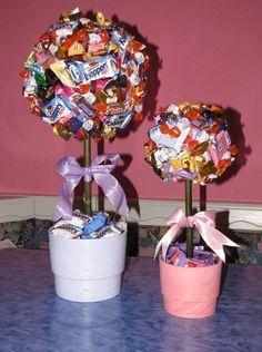 Zwei von Aci's gebastelten Naschbäumchen. Ich möchte hier eine ganz besondere Möglichkeit vorstellen, Süßigkeiten kreativ zu 'verpacke...