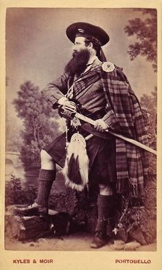+~+~ Antique Photograph ~+~+ Fine portrait of a kilted Scotsman drawing his sword.