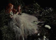 En la fotografía de Belinskaya se refleja el estilo de representación emblemática de la locura femenina en la época de Shakespeare: cabello suelto, vestidos vaporosos y coronas de flores.