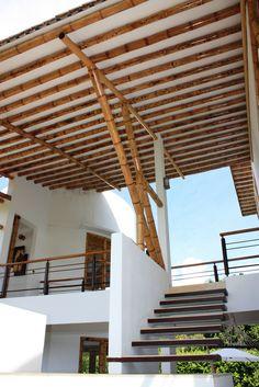 Diseño y construcción de la Casa Calvo ubicada en el municipio del Carmen de Apicalá en el departamento del Tolima por Zuarq Arquitectos. Bamboo Roof, Bamboo Ceiling, Bamboo Art, Bamboo House Design, Bamboo Structure, Bamboo Construction, Bamboo Architecture, Rest House, Beach House Plans
