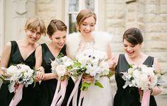 Quem disse que madrinhas de preto não combinam com um casamento romântico? A moda aparece cada vez mais em celebrações americanas.