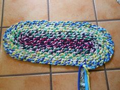Video tutorial for braided rag rug. No-sew t shirt rug. Can use up to 8 strips after initial braid.