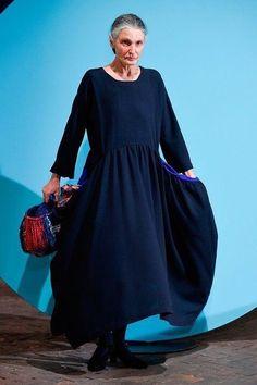 Daniela Gregis at Milan Fashion Week Fall 2016 - Runway Photos Grey Fashion, Modest Fashion, Timeless Fashion, Love Fashion, Fashion Outfits, Womens Fashion, Fashion Design, Mode Simple, Advanced Style