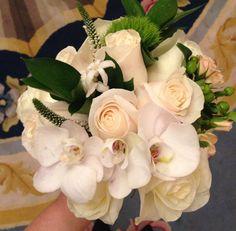Rosas y orquídeas blancas en el ramo de novia que aprendimos a hacer en el taller floral de Búcaro y Hotel Ritz #ramodenovia #bridalbouquet #tendenciasdebodas