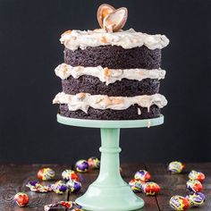 Sweet and Easy Easter Cakes and Desserts This Cadbury Creme Egg cake is the most indulgent—and delicious—Easter treat we've ever seen! This Cadbury Creme Egg cake is the most indulgent—and delicious—Easter treat we've ever seen! Easter Cake Easy, Easter Bunny Cake, Easter Candy, Easter Treats, Easter Eggs, Easter Cookies, Rhubarb Desserts, Köstliche Desserts, Health Desserts