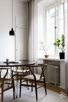 iSaloni Discover All The Dining Lighting Pieces II Flat Interior, Kitchen Interior, Dining Room Inspiration, Interior Design Inspiration, Scandinavian Style, Condo Design, Dining Lighting, Dining Furniture, Home Living Room