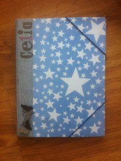 Carpeta en tela vaquera y papel de estrellas. Personalizada con nombre