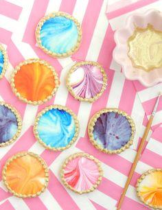 Hace tiempo quería mostrarles unas galletitas decoradas fácilmente. Siempre hay momentos en los cuales desesperamos por algo fácil, rápid...