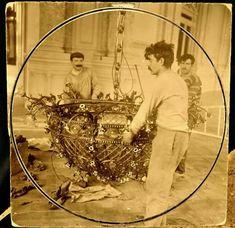 Obreros colocando una araña en el Salón Dorado del Teatro Colón, antes de su inauguración.  Foto año antes de 1908.