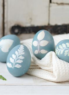 "Terrain How-To: ""Sunprint"" Easter Eggs What You'll Need: White eggs Lightweight nylon (we snipped squares from white nylon stockings) String or twine Small leaves, petals, or fern fronds Purple cabbage Weck Jars, Canning Jars, Easter Egg Dye, Diy Ostern, Easter Holidays, Egg Decorating, Holiday Decorating, Easter Crafts, Happy Easter"
