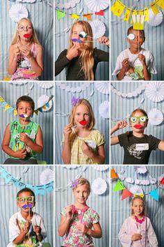 """""""Photo booth"""" para as crianças!  Além de ser uma lembrança muito legal para o aniversariante, as fotos podem ser presenteadas mais tarde aos convidados, junto com uma notinha de agradecimento por terem ido à festa. As crianças ainda se divertem!"""