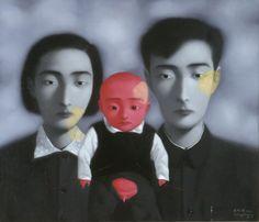 【不穏な気配、逃れがたい因縁、圧倒的な存在感】  中国現代アートを牽引するジャン・シャオガン 代表作「血縁」シリーズから3作品が「LOVE展」で公開中です。  シャオガンは、1980年代から動きが高まったチャイニーズ・アヴァンギャルドを牽引する現代美術アーティストで、この世代の多くの中国人アーティストと同様に、文化大革命(1966–1976)の波に翻弄されたひとりです。 実家で偶然見つけた古い家族写真に強いインスピレーションを受けたジャンは、代表作となる「血縁」シリーズを描きはじめます。伝統的な肖像画のスタイルで真正面を向く家族は、幼子も含めてみな一様に表情がなく、そこには不穏な気配が漂います。彼らを結ぶ赤い線は、運命の赤い糸のイメージとともに、逃れがたい因縁を表すかのようです。 国家を「巨大な家族のようなもの」ととらえるジャンは、ノスタルジックな家族の肖像に文革の闇のイメージを重ね、複雑に絡み合った個人と集団の歴史を表現するのです。  ジャン・シャオガン 《血縁:大家族》 1997年 油彩、カンヴァス 85.3cm × 100cm 沖縄県立博物館・美術館蔵