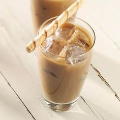 Iced Coffee Latte Recipe- Recipes This is a great alternative to regular hot coffee and is much more economical than store-bought coffee drinks. Sweetened condensed milk and a hint of chocolate lend a special touch. Iced Coffee Latte Recipe, Iced Latte, Coffee Recipes, Iced Mocha, Cappuccino Recipe, Frappe Recipe, Mocha Recipe, Triple Sec, Yummy Drinks