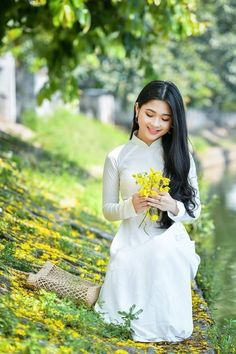 Vietnamese Traditional Dress, Traditional Dresses, Girl Pictures, Girl Photos, Stylish Girl Pic, Oriental Fashion, People Dress, Female Poses, Love Photos