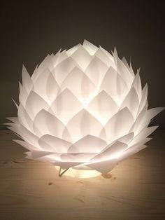 Lampe de table/veilleuse fleur de lotus en papier calque  La base est une boule japonaise en papier de riz d'un diamètre de 22 cm entièrement recouverte de pétales découpé - 18605287