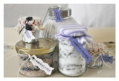 Lavendel, Rosenblätter, Orangenschale mit Salz, Pfeffer und Zucker