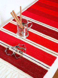 Poppanaliinassa on kolmea eri punaista, ja kapeat raidat ovat saaneet mausteiset värinsä neilikasta, kanelista ja appelsiinista. 3499 Neilikkaa ja kanelia, Mallikerta-lehti nro 4/2014.
