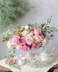 Raindrops and Roses Shabby Flowers, Pretty Flowers, Pink Flowers, Rosen Arrangements, Floral Arrangements, Flower Vases, Flower Art, Bouquet Champetre, Raindrops And Roses