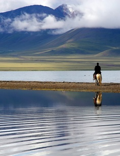 Just you, your horse & the peaceful landscape .. .#NamtsoLake, #Tibet #ModusItinerandi