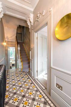 carrelage original couloir- carreaux de ciment motifs exotiques en blanc, gris et jaune