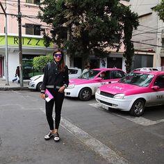 When you match with the background 💕 Me encantan los nuevos colores de los taxis en la Ciudad de México #taxi #pink #cdmx #mexicocity #colours #rosa #moalmada