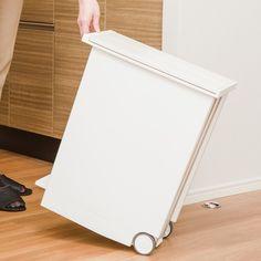 シャープな四角形状に清潔感のある白色。キッチンで2、3個並べて使っても、すっきり、きれいに並べられます。(1)左右両開きの蓋蓋が開いた時に高さが抑えられるので、上部に大きな空間がないカウンター下の収納に入れて使っても、蓋がカウンターに当たらずに全開になります。(2)ペダル式調理中などで手が汚れていても、足で踏むだけ開閉。(3)フタが静かに閉まります。バタバタと閉まる音は意外と気になるもの。音がしない優しい機能を付けました。(4)後輪キャスター付きゴミ袋交換などの移動時、動かしやすく、床を傷つけません。(5)凹凸付きの袋留め30Lのゴミ袋だけでなく、レジ袋を2、3枚かけて分別もできます。(6)ゴミ袋ストック用ポケット取り換え用のゴミ袋はすぐ近くに用意しておきたいもの。ゴミ箱内部に取り外し可能なポケットを用意しました。サイズ:220×410×500mm(フタ開口時:600mm) 容量=27L(30Lの袋がかけられます。)材質:本体・フタ・ペダル=ポリプロピレン キャスター=ポリプロピレン、エラストマー リング・袋留め=スチール(クロムメッキ) ポケット=PVC生産国:中国