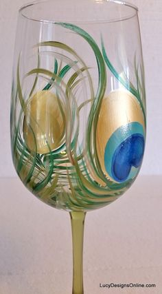 DIY Hand Painted Wine Glasses with Peacock Feather Design, Tutorial Painted Wine Glasses Bottle Painting, Bottle Art, Diy Painting, Glass Bottle, Hand Painted Wine Glasses, Painted Wine Bottles, Decorated Bottles, Wine Glass Crafts, Wine Bottle Crafts
