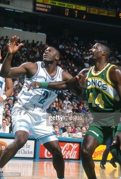419ff4cb5 Fotografia de notícias   Larry Johnson of the Charlotte Hornets battles...  Michael Cage