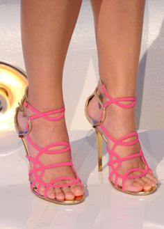 Katy Perry Photos Photos - Singer Katy Perry (detail) arrives at the 2011 MTV Video Music Awards at Nokia Theatre L. LIVE on August 2011 in Los Angeles, California. Sexy Sandals, Sexy Heels, Strappy Shoes, Greek Sandals, Flat Sandals, Beautiful High Heels, Gorgeous Feet, Stilettos, Katy Perry Legs