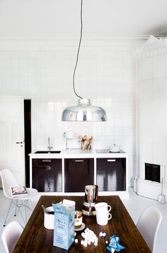 wow - glossy dark timber contrast with white, love the table and pendant light too!