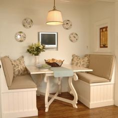 This traditional banquette is seriously well-done. I like the simple bead-board cladding and choice of accessories. What a great little breakfast nook.