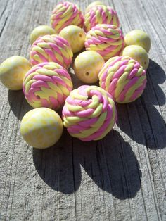 Knitted polymer clay bead set yellow and by FlowertownOriginals, Polymer Clay Projects, Polymer Clay Beads, Handmade Polymer Clay, Biscuit, Clay Charms, White Beads, Clay Ideas, How To Make Beads, Resin Jewelry