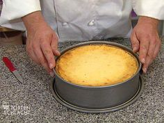 Das perfekte Klassische Käsetorte (Bernd Siefert)-Rezept mit einfacher Schritt-für-Schritt-Anleitung: Alle Zutaten bis auf das Mehl miteinander verkneten…