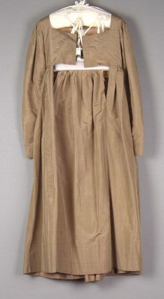 "Quaker dress c1825-1830. ""Round gown"" with front fall opening. High square neckline, leg o'mutton sleeves. Bodice lined in glazed linen. Fine arts museums of San Francisco"