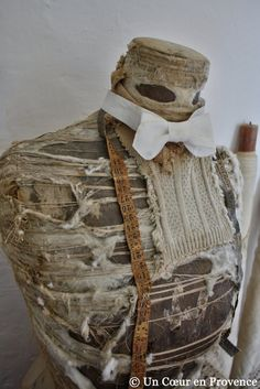 Vieux mannequin de couturière usé