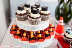 Adriana Gaspar e Marcela Castro Carros Vintage, Mini Cupcakes, Party, Desserts, Gabriel, Diana, Running Strollers, Ferrari Party, Birthday Candy