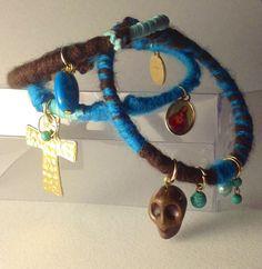 Pulsera con el sello #LooKcrecia, mezcla de texturas, colores y elementos místico-religiosos: cruces, medallitas+turquesas+perlas de río