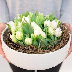 Tee rento ja näyttävä kukka-asetelma tulppaaneista ja pienistä oksista #pentik #tunturi #inspiroidu #tunnelmoi