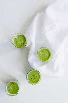 Creamy kale, banana and home made almond milk smoothie recipe created for Vogue.es (Vegan + RAW + GF) by Let It Be Cosy - Click through to get the recipe! Almond Milk Smoothie Recipes, Vegan Smoothies, Col Kale, Make Almond Milk, Skin Detox, Juice Diet, Vegan Blogs, Healthy Fruits, Eat Right