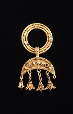Jewelries:earings   ProvenanceIran Period6th to 4th centuries B.C. Century6-4cB.C. MaterialsGold, precious stone