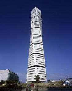 Turning Torso building in Malmo Sweden by architect Santiago Calatrava Chinese Architecture, Futuristic Architecture, Beautiful Architecture, Art And Architecture, Contemporary Architecture, Unusual Buildings, Amazing Buildings, Interesting Buildings, Santiago Calatrava