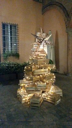 Christmas Ideas, Christmas Tree, Bologna, Visual Merchandising, Happy Holidays, Holiday Decor, Home Decor, Crates, Christmas Decor