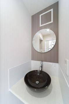 洗面コーナーの手洗いボウルは、黒系で丸くカウンターにのるタイプ。洗面カウンターはアイカのスタイリッシュカウンター